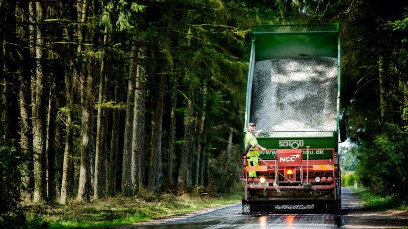 NCC lastbil i skogen med flaket uppfällt